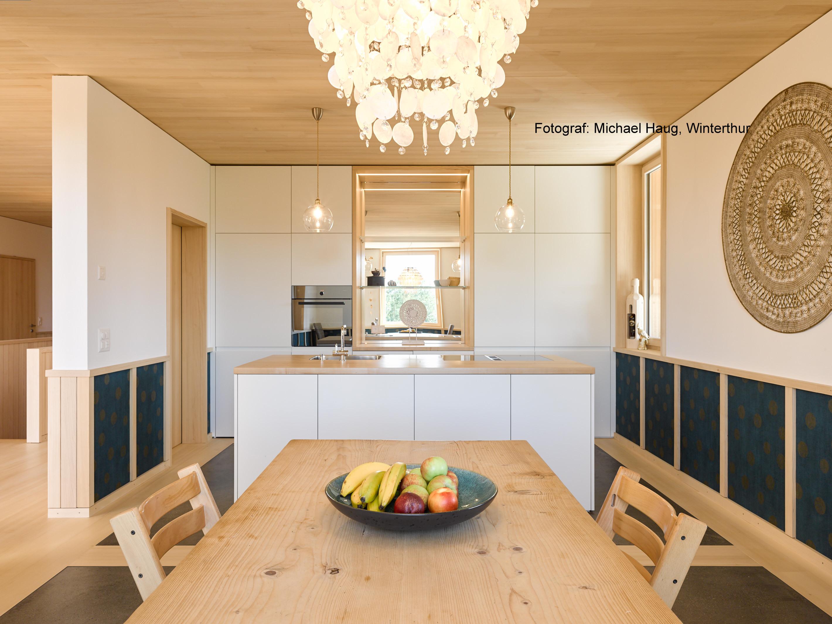 Umnutzung «Wohnen im Stall»: Wohnzimmer und Küche l Krattiger Holzbau AG Amriswil