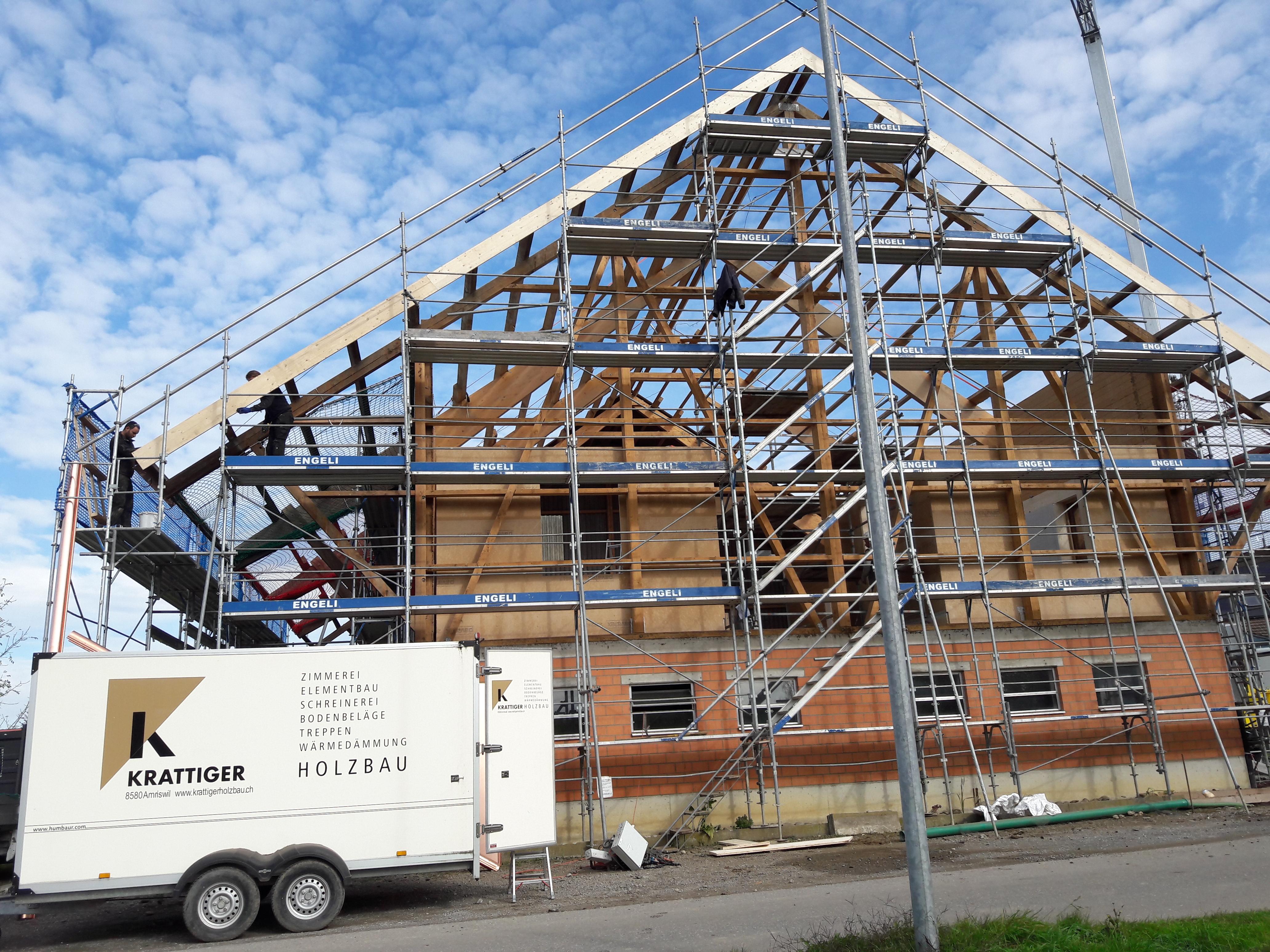 Umnutzung «Wohnen im Stall»: Gebäude abgedeckt l Krattiger Holzbau AG Amriswil