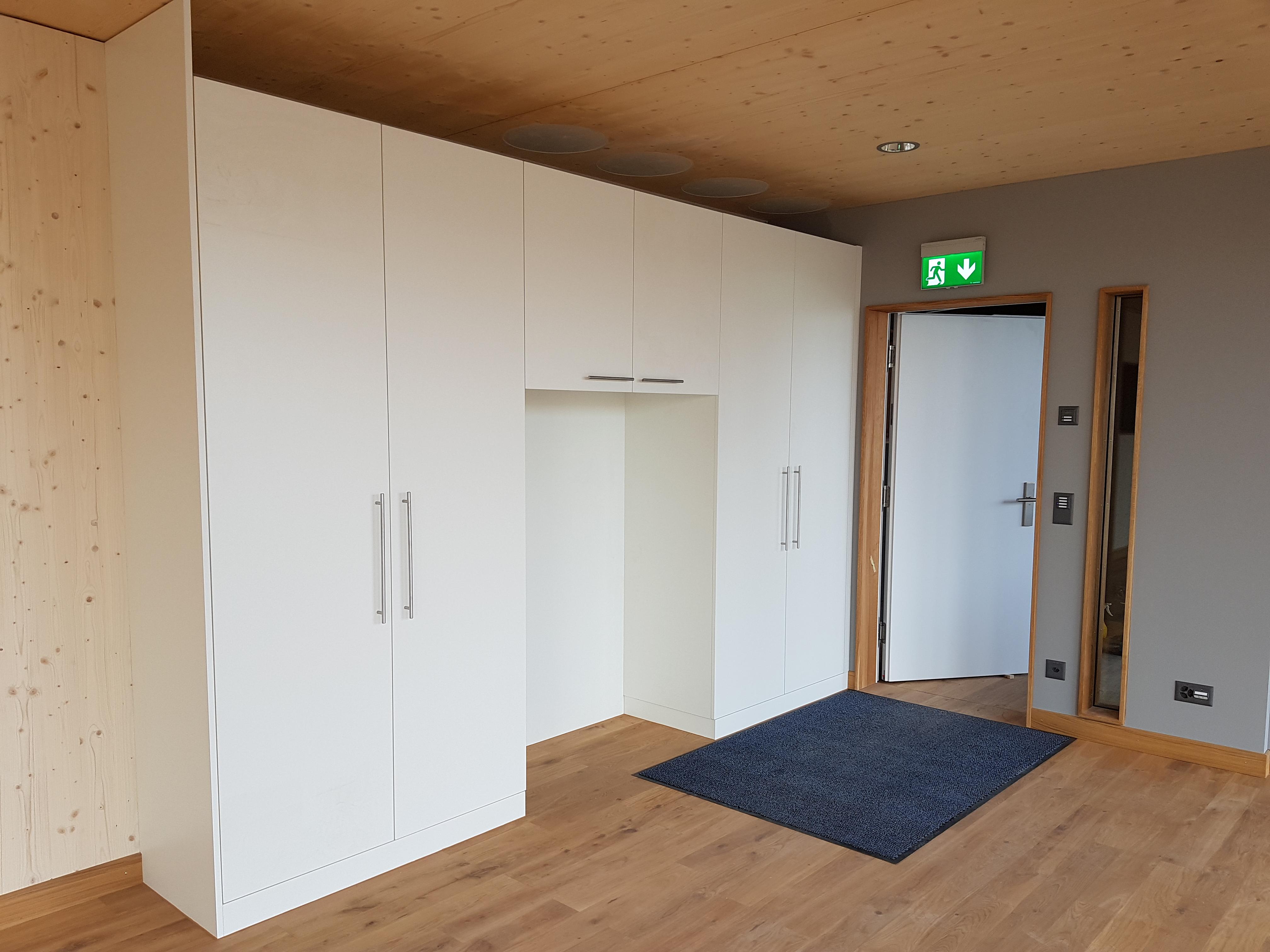 Schreiner-Arbeit: Garderobe im Bürotrakt der Produktionshalle «Schwarzland» | Krattiger Holzbau AG Amriswil
