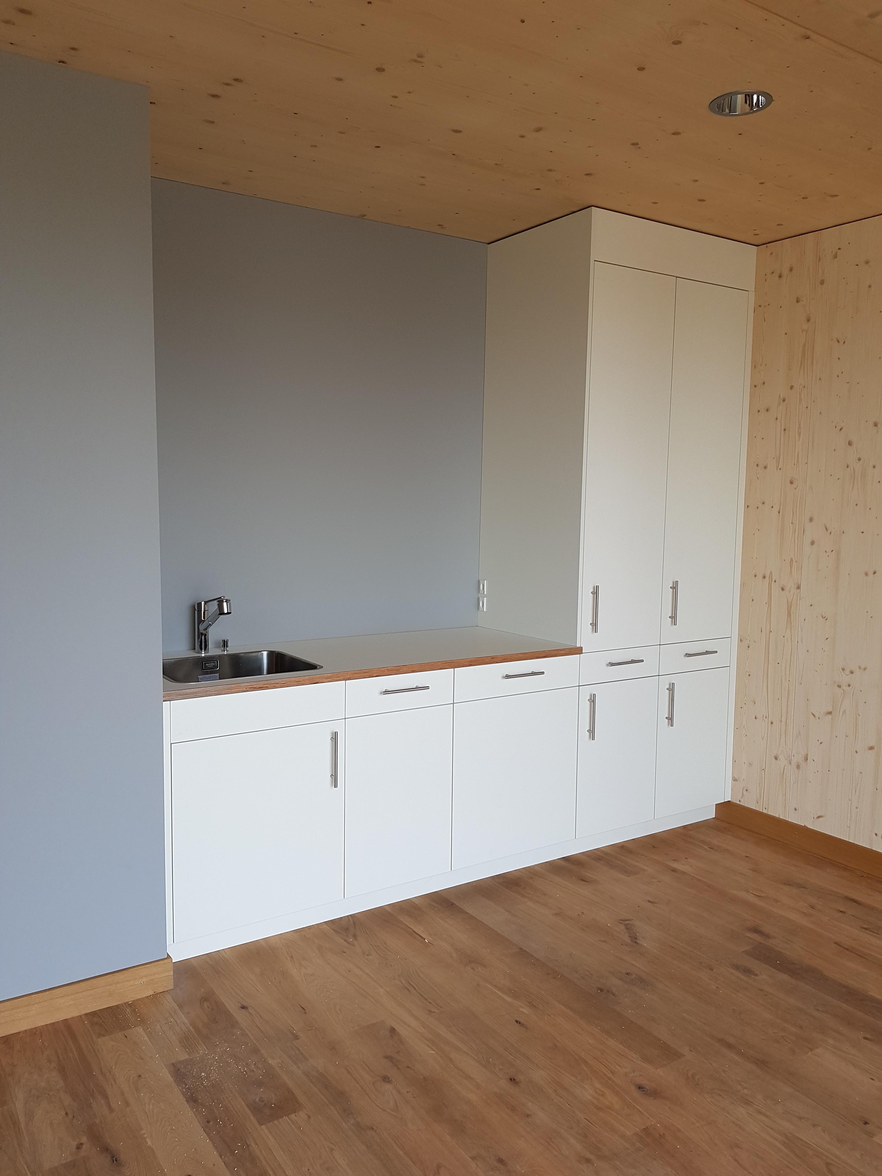 Bürotrakt Produktionshalle «Schwarzland»: Einbauküche nach Mass im Sitzungszimmer| Krattiger Holzbau AG Amriswil