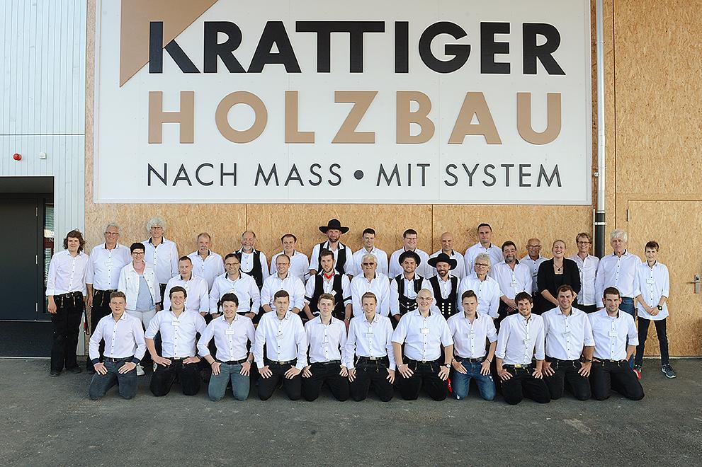 Aufgestelltes Team: Mitarbeitende vor der Produktionshalle Schwarzland | Krattiger Holzbau AG Amriswil