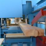 Vorfabrikation im Elementbau: Holzbalken in der CNC-Fräse | Krattiger Holzbau AG Amriswil