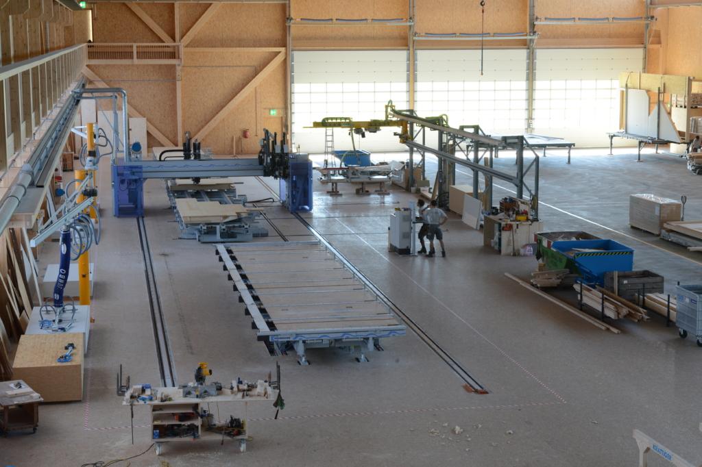 Elementfertigungsmaschine: Nagelbrücke in der Produktionshalle «Schwarzland» | Krattiger Holzbau AG Amriswil
