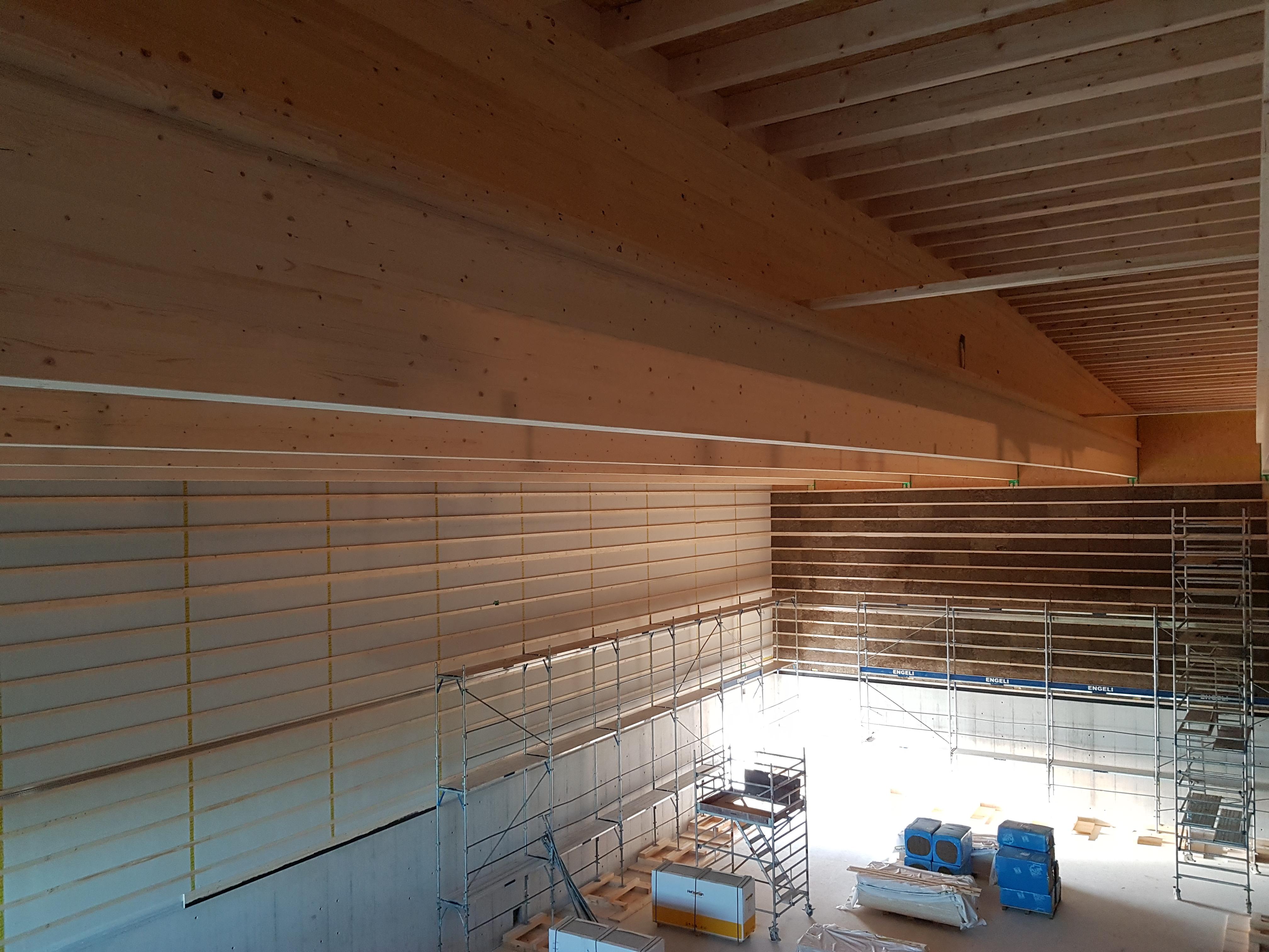 Sportanlage Tellenfeld Amriswil: Montage Wand- und Deckenverkleidungen Dreifachsporthalle l Krattiger Holzbau AG Amriswil