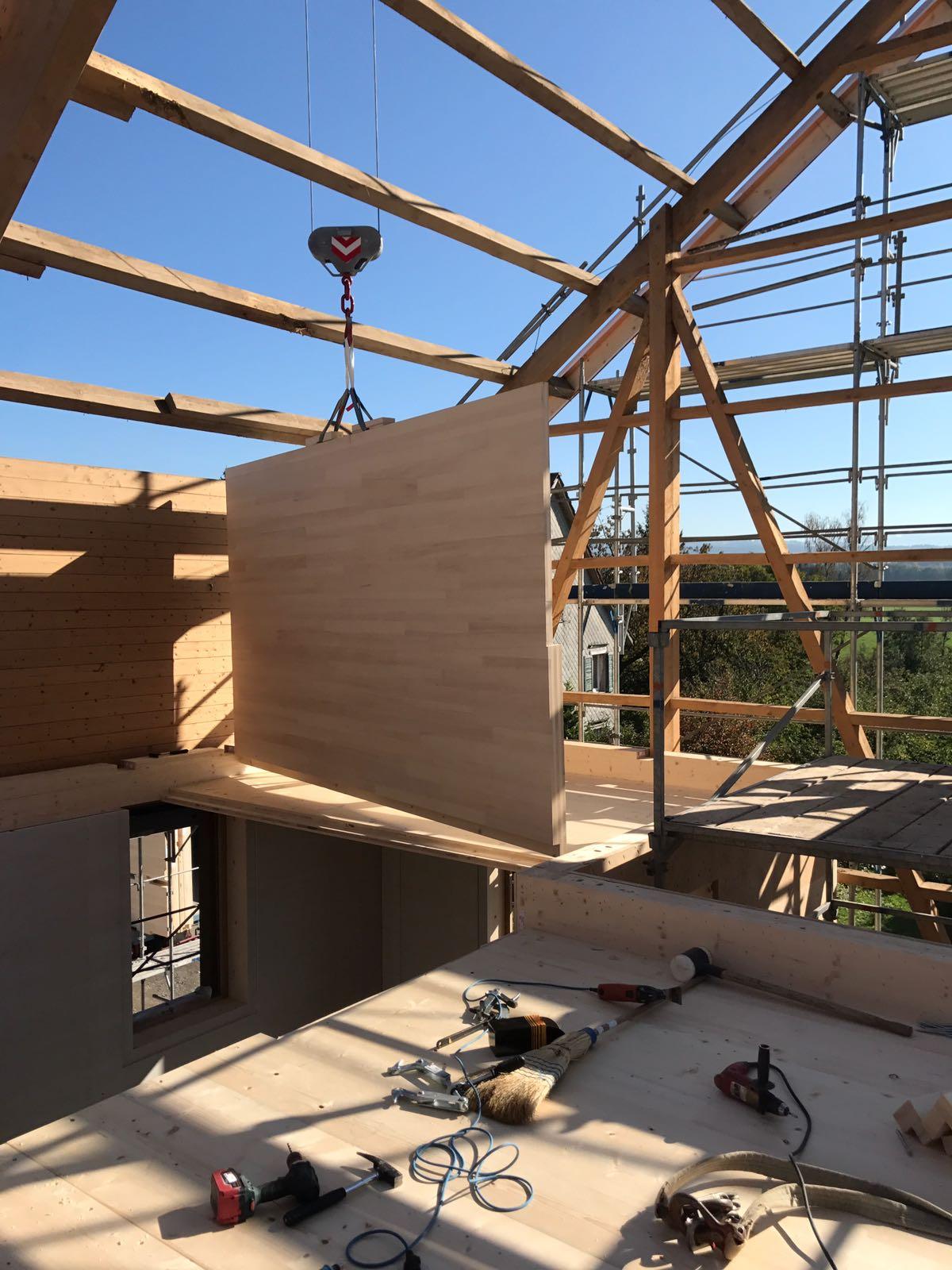 Umnutzung «Wohnen im Stall»: Holzelement am Pneukran l Krattiger Holzbau AG Amriswil