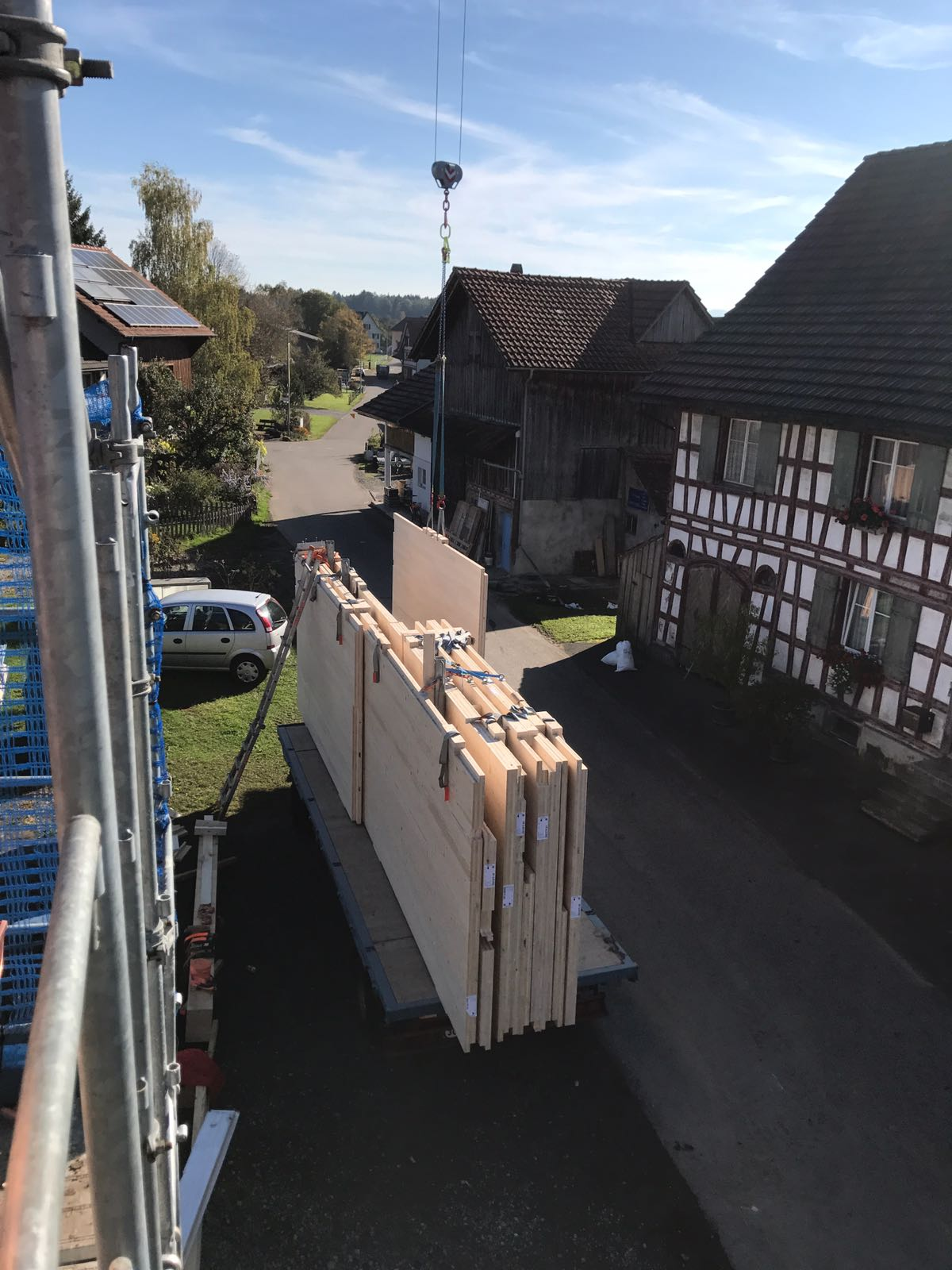 Umnutzung «Wohnen im Stall»: Holzelemente bereit zur Montage l Krattiger Holzbau AG Amriswil