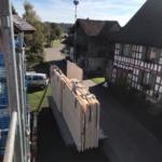 Holzelemente aus Vorfabrikation warten auf Einbau in umgebaute Scheune | Krattiger Holzbau AG Amriswil