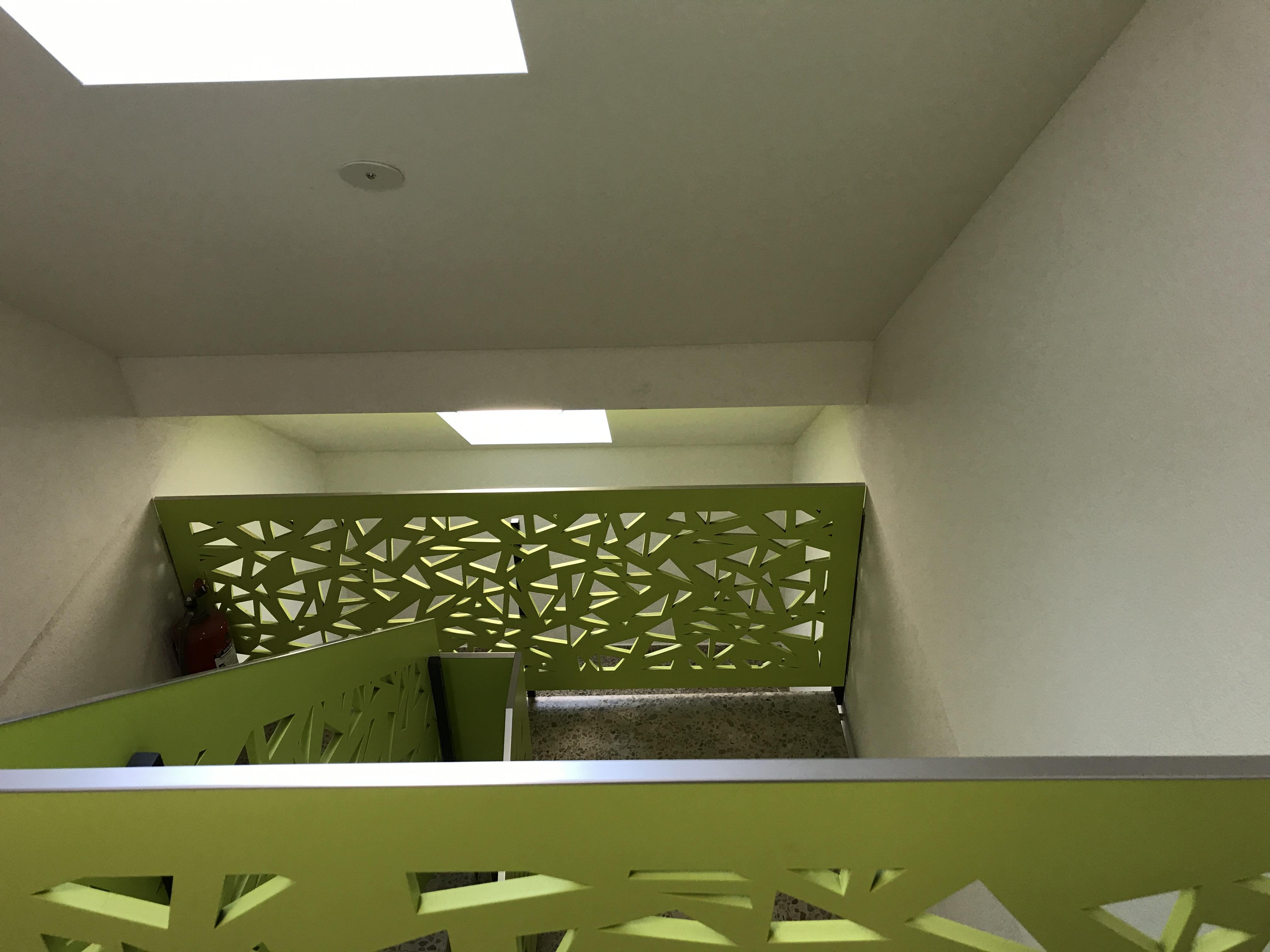 Innenausbau: Lackiertes und perforiertes Treppengeländer aus MDF (Mitteldichte Faserplatte) | Krattiger Holzbau AG Amriswil