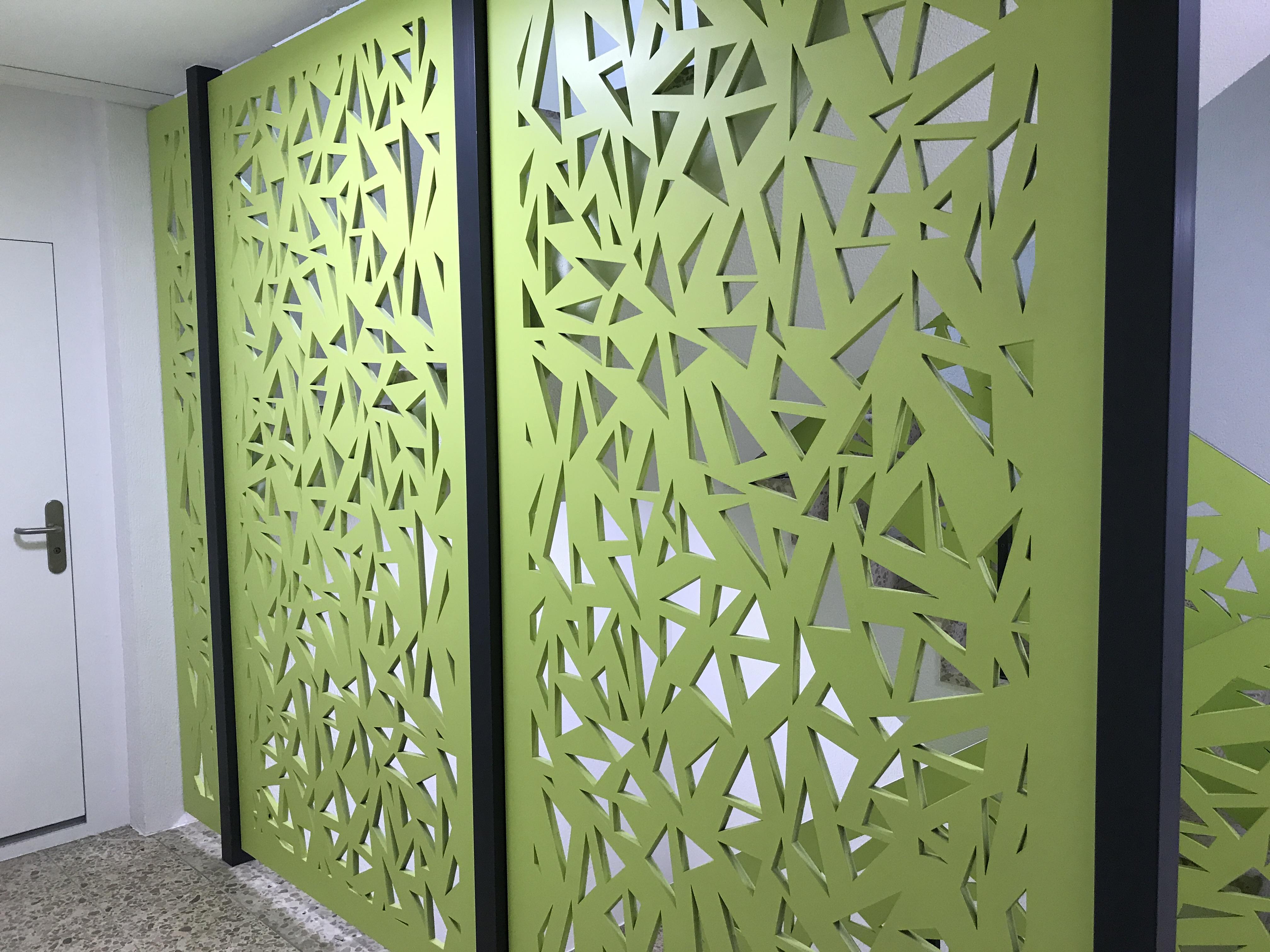 Renovation: Grün lackierter und perforierter Raumtrenner aus MDF (Mitteldichte Faserplatte) | Krattiger Holzbau AG Amriswil