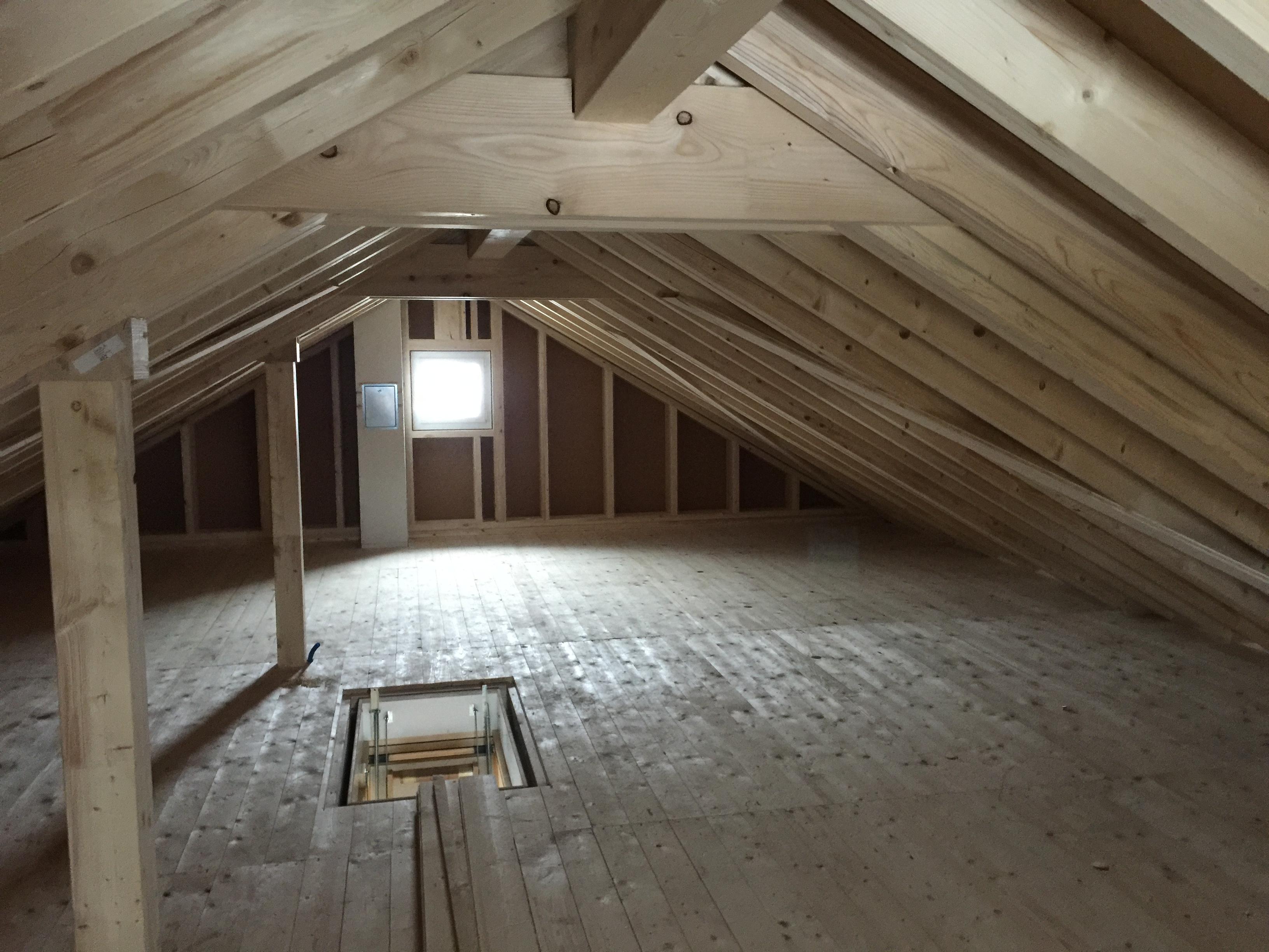 Wärmedämmung: Kaltdach-Konstruktion mit Wärmedämmung im Boden des Estrichs | Krattiger Holzbau AG Amriswil