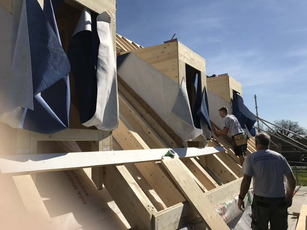 Spart Zeit und Kosten: Montage der vorgefertigten Dachgauben beim Gizehus Amriswil | Krattiger Holzbau AG Amriswil