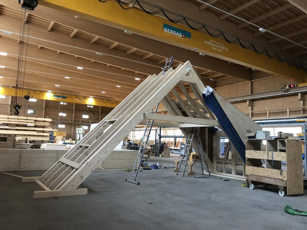 Bereit zum Transport: Komplett vorgefertigter Holzbinder in der Produktionshalle «Schwarzland» | Krattiger Holzbau AG Amriswil