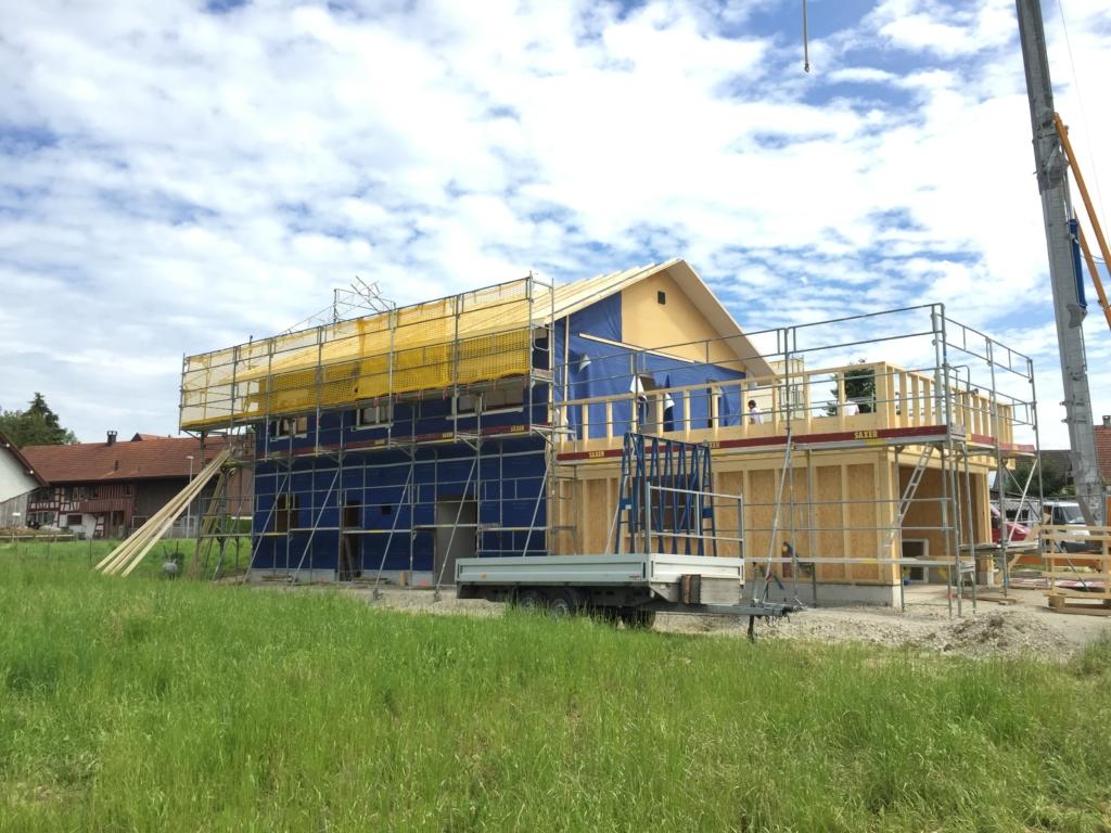 Holz-Elemente aus Vorfabrikation: Montage der Holzelemente auf dem Bauplatz | Krattiger Holzbau AG Amriswil