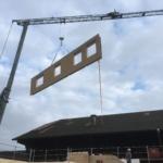 Grossflächige Bauteile für Wohnhaus in Zihlschlacht: Platzierung Hauswand per Kran | Krattiger Holzbau AG Amriswil