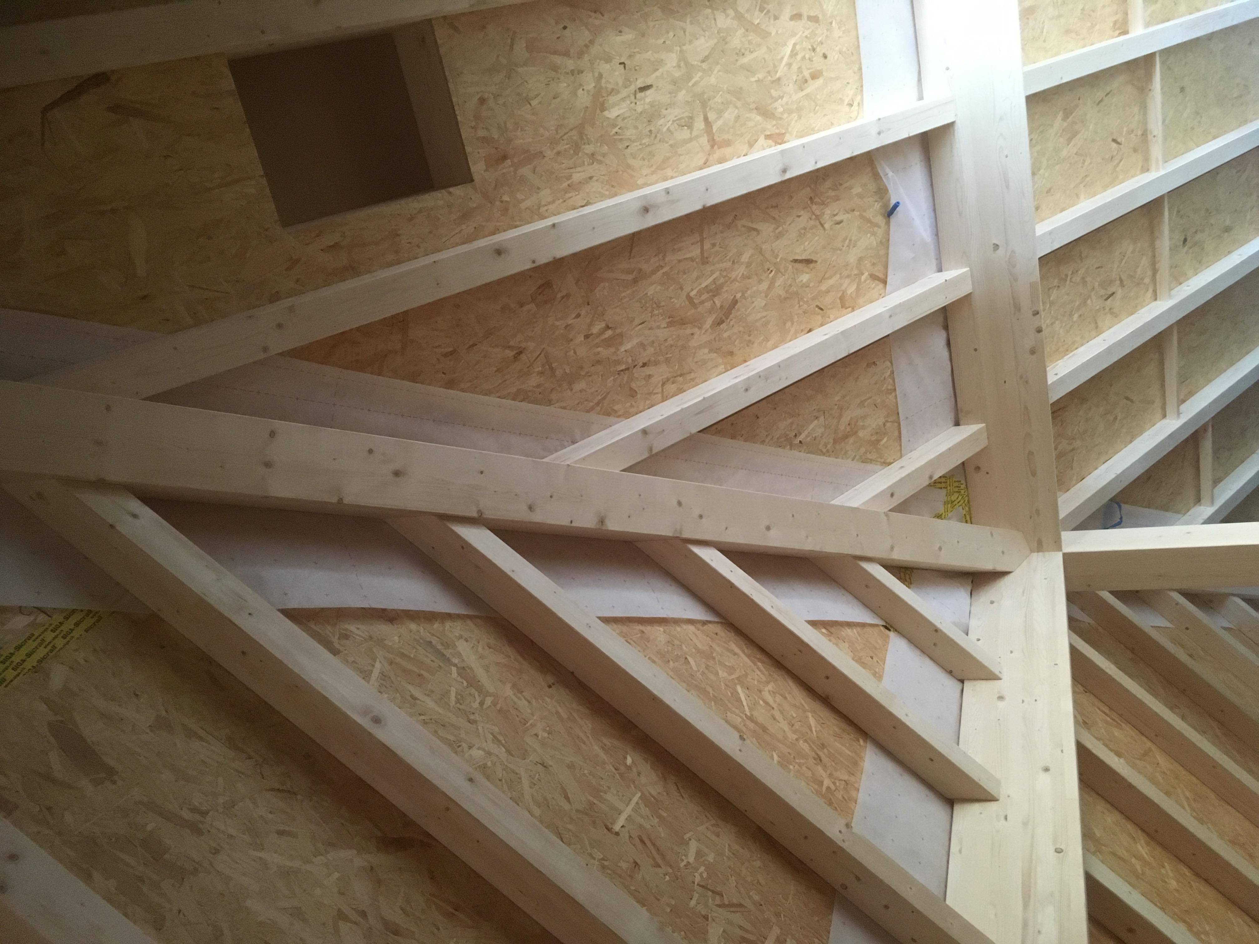 Zimmerei-Arbeit: Teilansicht Dachstock Raiffeisen-Gebäude Altnau | Krattiger Holzbau AG Amriswil