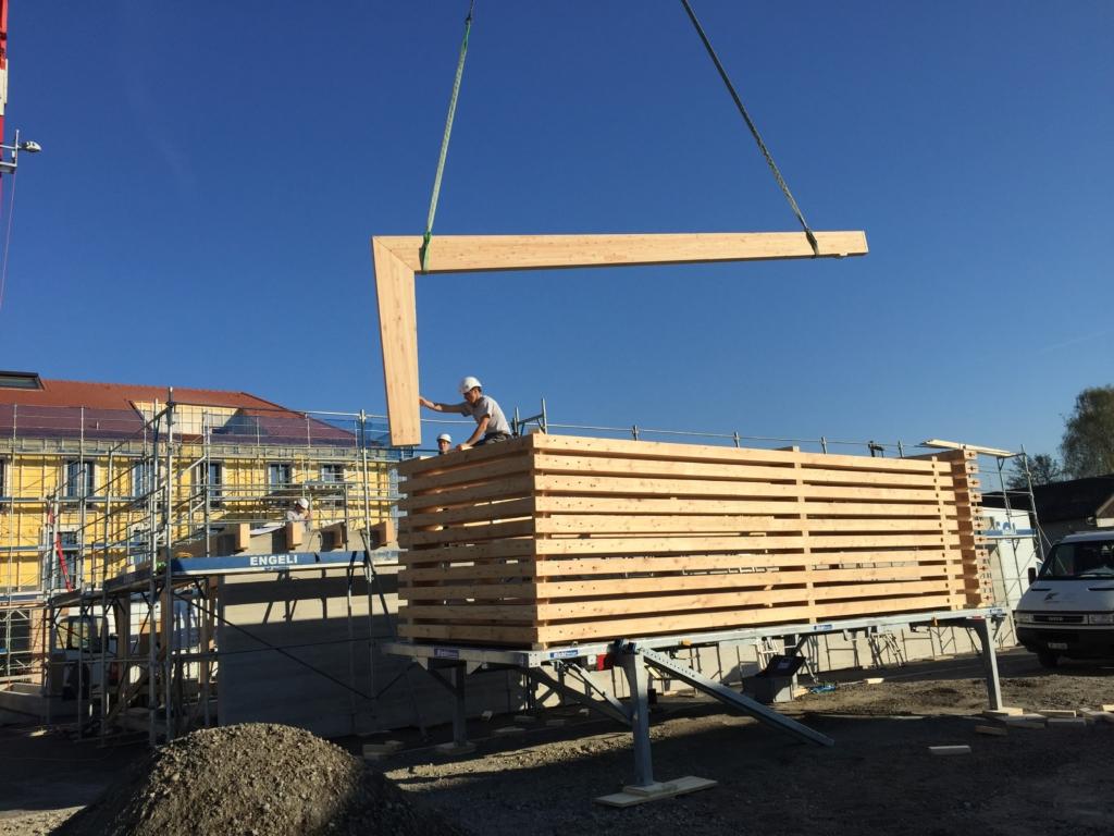 Bereit zur Montage: Stapel mit Holzträgern für die Tiefgaragen-Einfahrt Raiffeisen Altnau | Krattiger Holzbau AG Amriswil