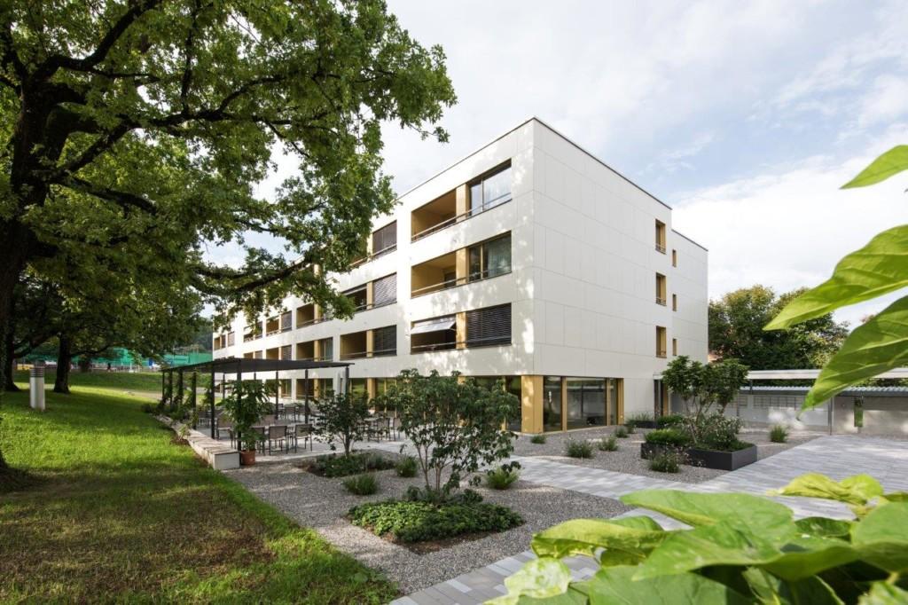 Alterssiedlung Reutenen in Frauenfeld: Rockpanel-Fassade aus grossformatiger Platte mit dezenter Optik l Krattiger Holzbau AG Amriswil