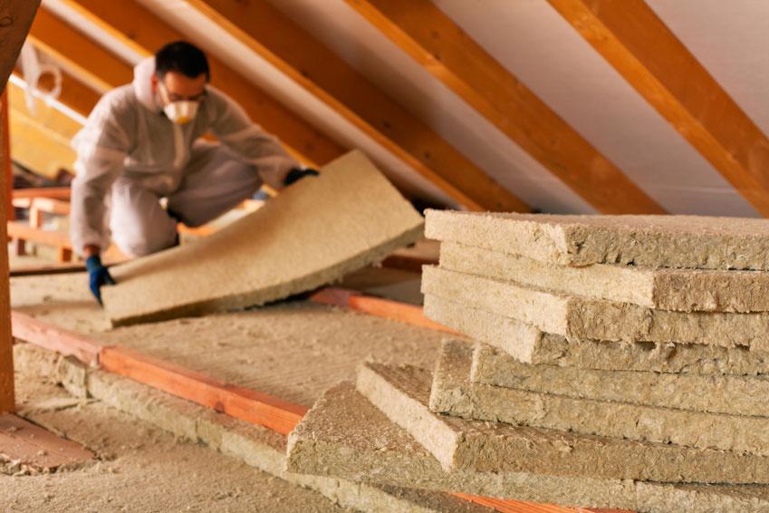 Wärmedämmung: Verlegen der Dämmplatten auf dem Dachboden | Krattiger Holzbau AG Amriswil