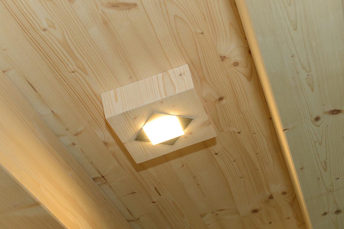 Innenausbau: Holzdecke mit Lampe | Krattiger Holzbau AG Amriswil