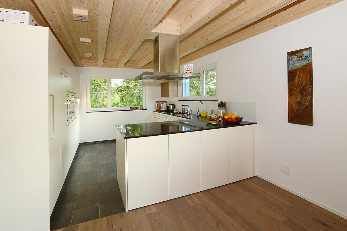 Renovation: stilvolle Küche mit Holzdecke | Krattiger Holzbau AG Amriswil