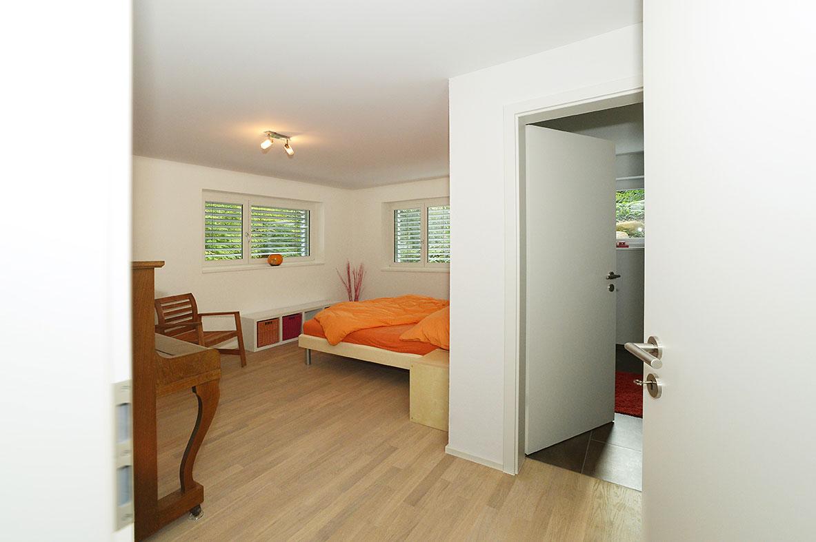 Renovation: Schlafzimmer mit Parkett und Möbeln aus Holz | Krattiger Holzbau AG Amriswil