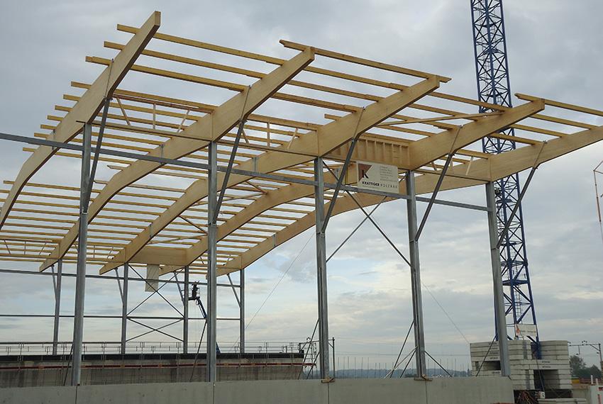 Grossflächige Bauteile für Muldenzentrale Amriswil: verleimte Holzträger, 60 m lang | Krattiger Holzbau AG Amriswil